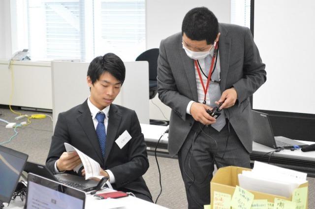 プログラムでの、先輩社員のアドバイス(写真)